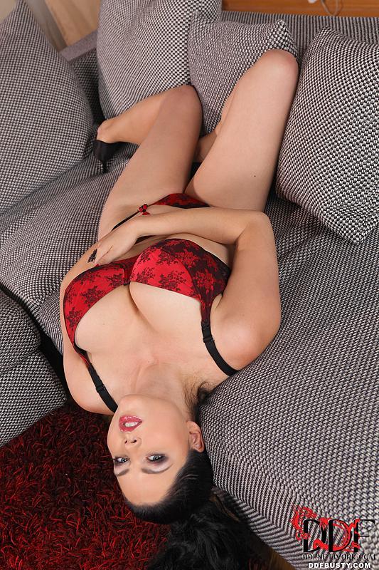 Темноволосая грудастая модель Shione Cooper готова снять этот красный лифчик для тебя