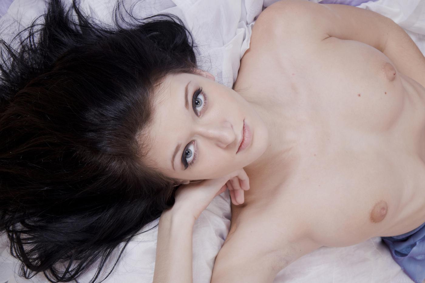 Брюнетка-подросток Alsu Femjoy снимает сексуальное белье на кровати и показывает свою бритую киску