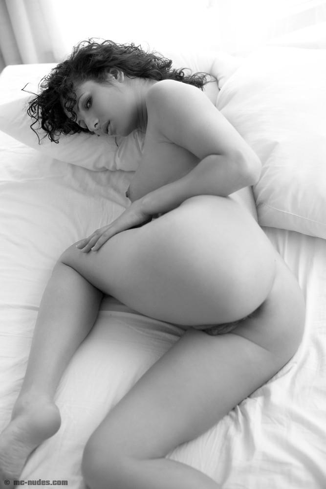 Брюнетка Zena показывает попку, грудь и киску на этих шедеврах фото-искусства