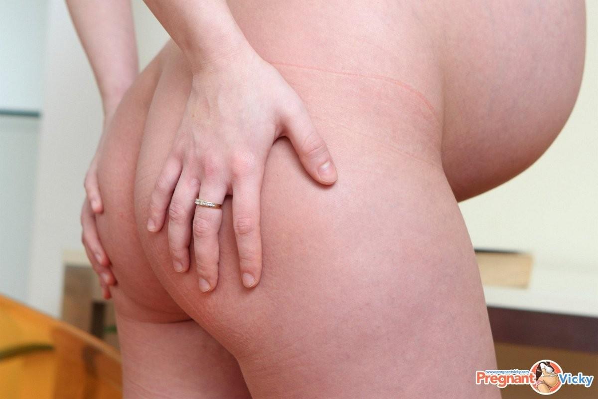 Будущая молодая мамочка обливается молоком и показывает свое тело с большой налитой грудью