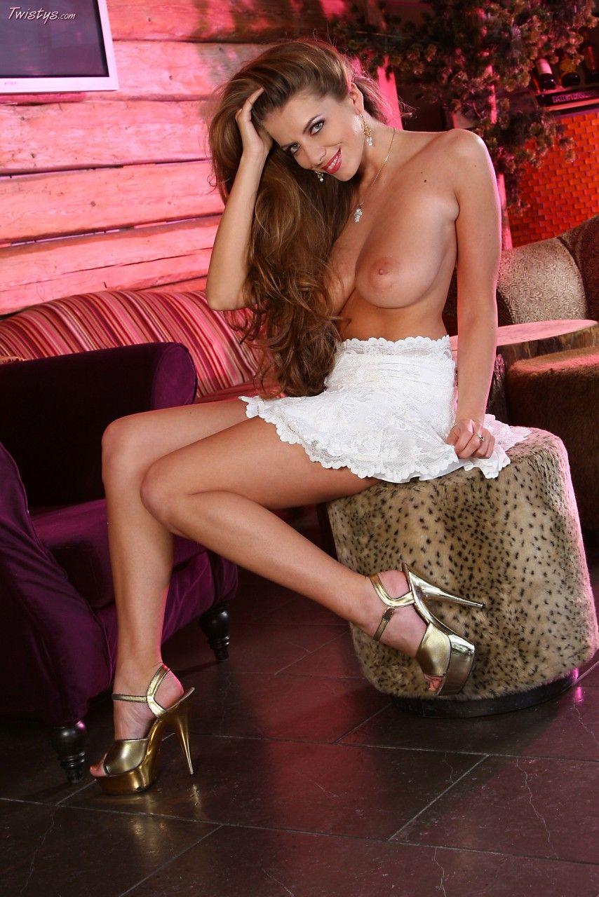 Длинноволосая брюнетка Monika Cajth играет со своей короткой белой юбкой