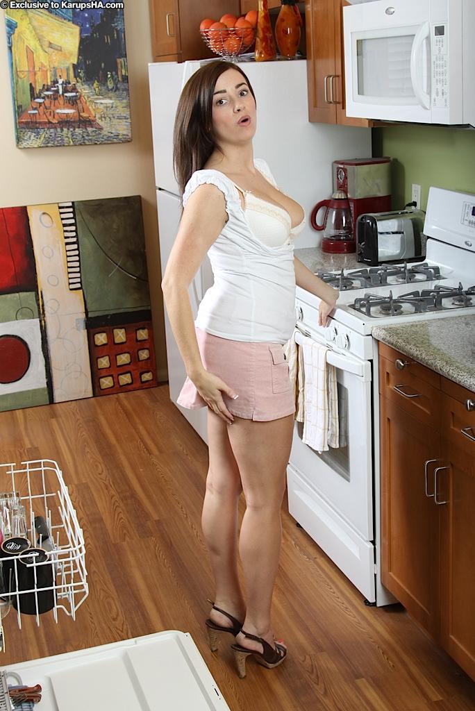 Игривая брюнетка с большой грудью и изгибами Taylor Vixen устраивает стриптиз на кухне