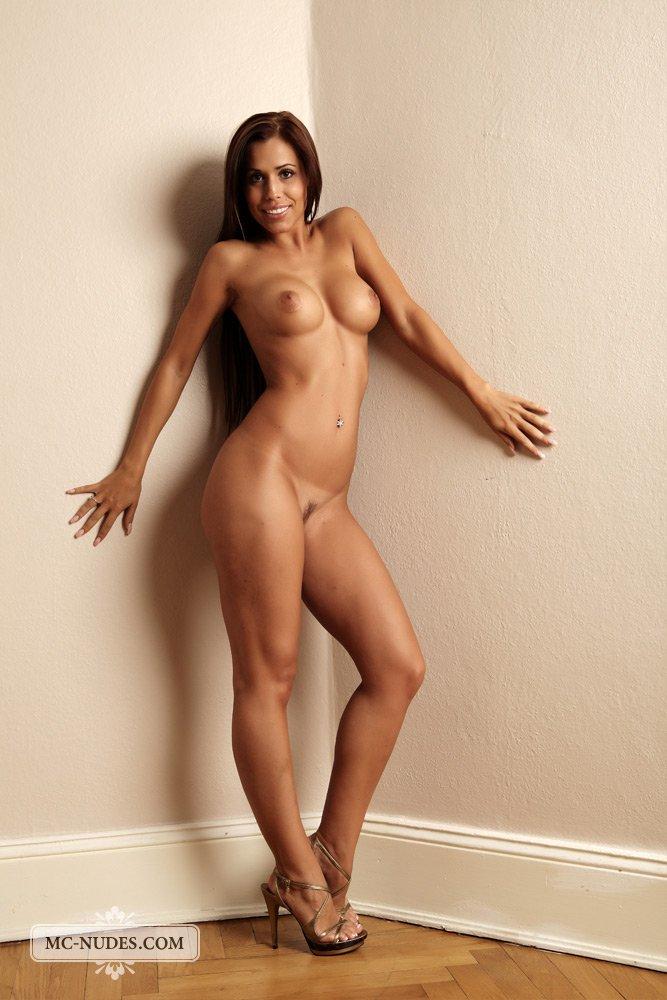 Экслюзивная галерея голой брюнетки с прекрасной фигурой и бронзовым телом - Satin Bloom