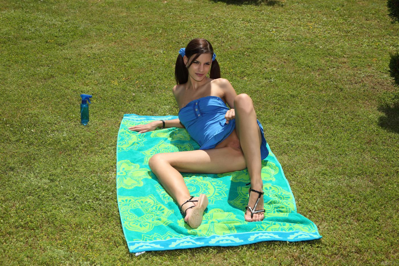 Элегантная и гибкая девочка Candice Luca - высокая брюнетка и она позирует для нас обнаженной на природе