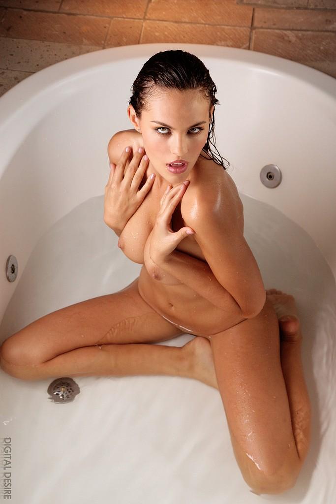 Невероятно сексуальная и обнаженная брюнетка Victoria Valmer показывает свое классное, мокрое тело в ванне