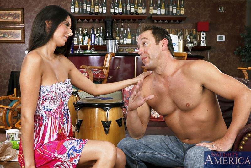 Похотливая брюнетка Nikki Daniels голодно сосет член парню