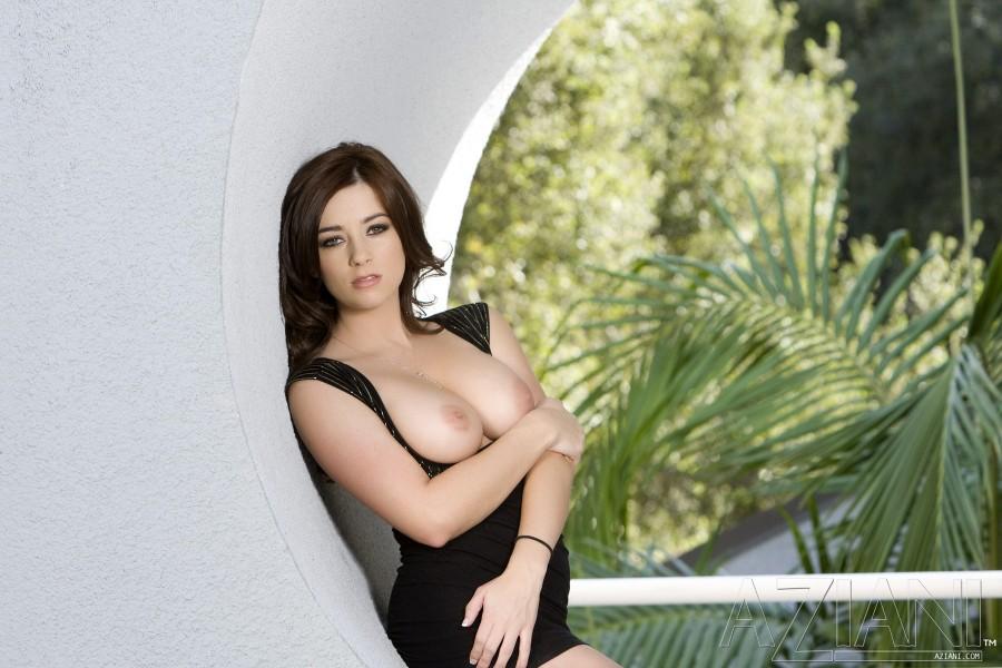 Сексуалmyfz брюнетка в коротком черном платье Taylor Vixen наклоняется и трахает свою киску сзади