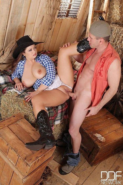 Парень дал в рот и трахает грудастую шлюху в шляпе между сисек