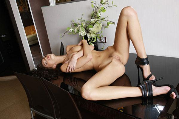 Брюнетка обнажила свое стройное тело позируя на высоких каблуках