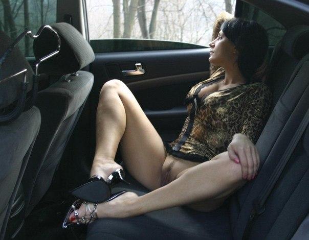 Девушки без трусиков под юбкой показывают киски