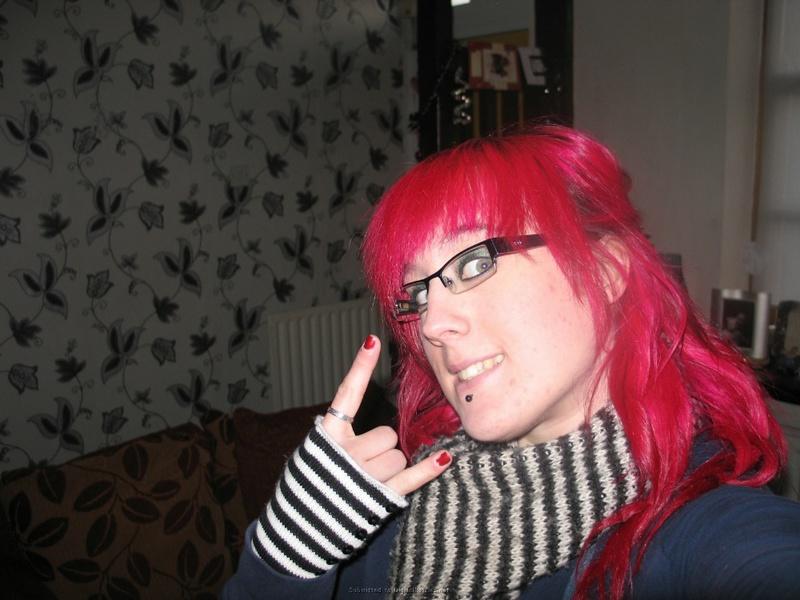 Эмо девка оголяет себя дома