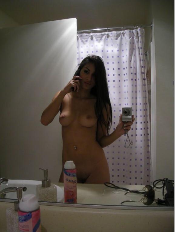 Молодые американки делают голые селфи в ванной для своих парней
