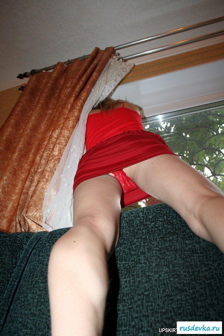 Подглядывание под юбку дома