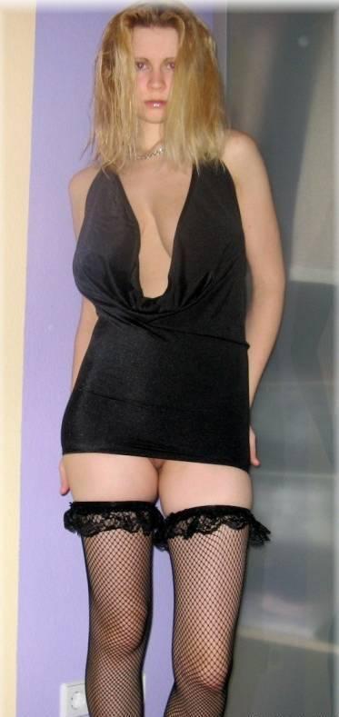 Тупая блондинка повсеместно показывает свои огромные буфера