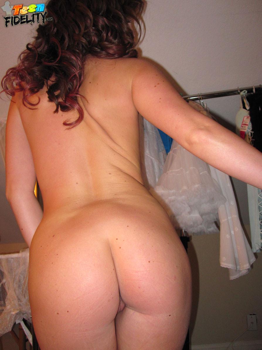 Соло молодой женщины с маленькой грудью