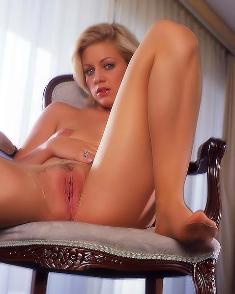 Девушка с длинными ногами трахает выбритую пизду