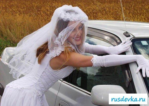 Девушка в свадебном платье разделась у авто