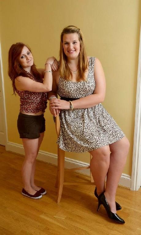 Девушки развлекаются, как могут, при этом обнажаясь перед камерой и показывая нежные стопочки