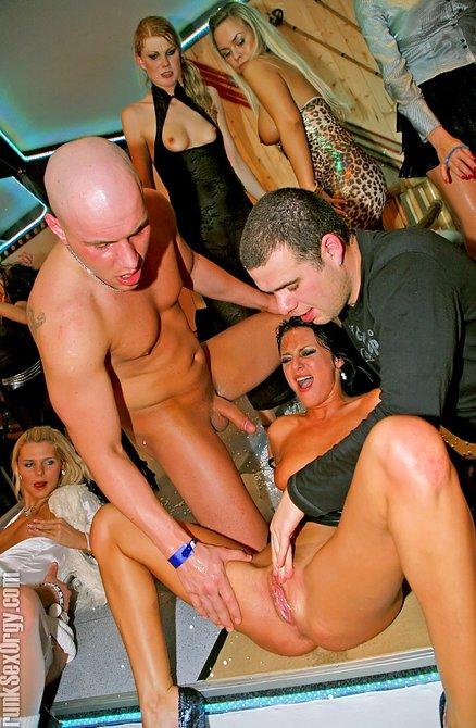Горячие девушки и грубый трах на вечеринке
