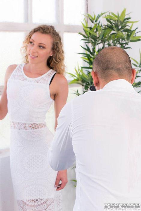 Красивая девушка в белом платье отдается хулигану в мастюхах