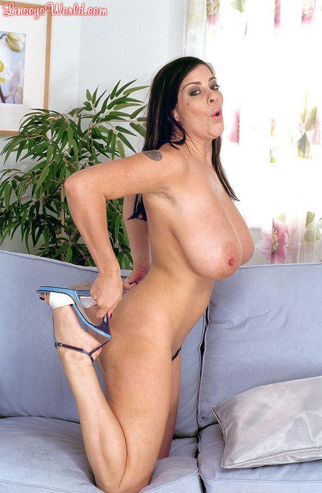 Возбужденная голая красотка Linsey Dawn McKenzie с сиськами четвертого размера мастурбирует с дилдо