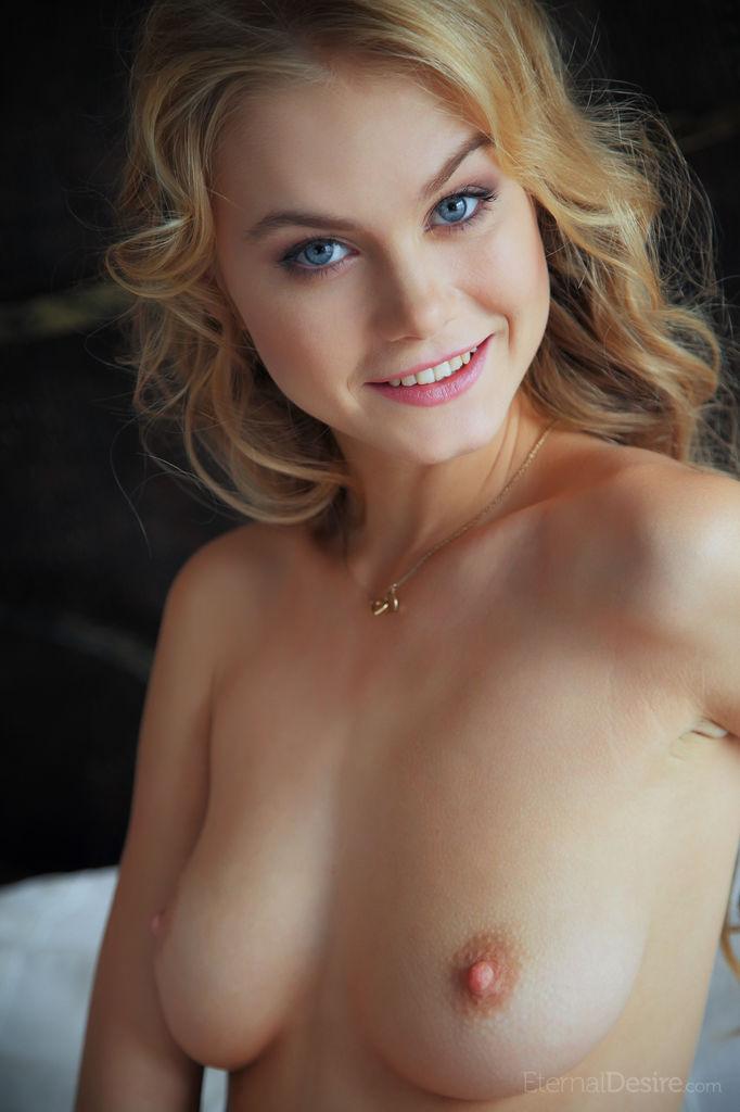 Сексуальная девушка-подросток Nancy A раздевается на кровати, показывая свою розовую киску