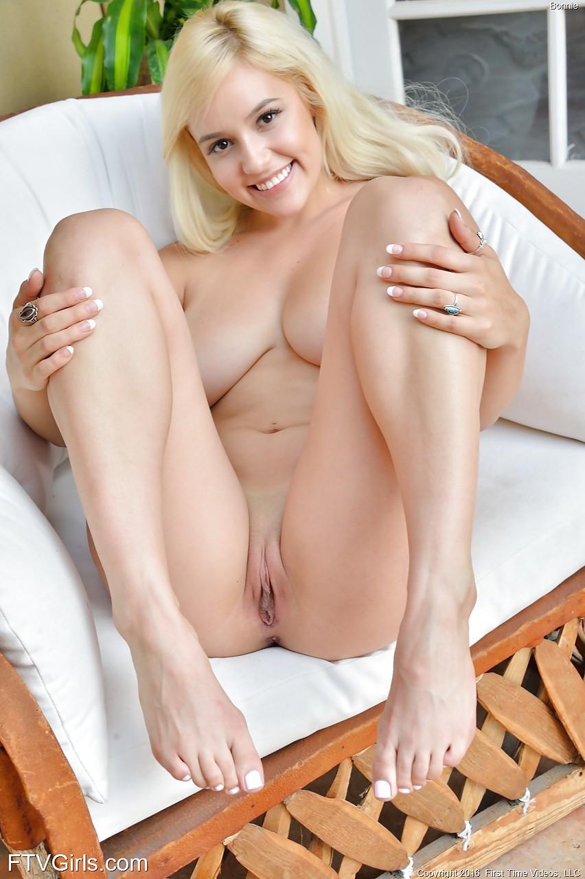 Красивые натуральные сиськи молодой блондиночки