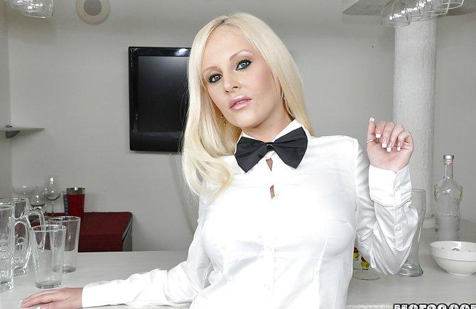 Роскошная блонда сует бутылку в вагину на столе