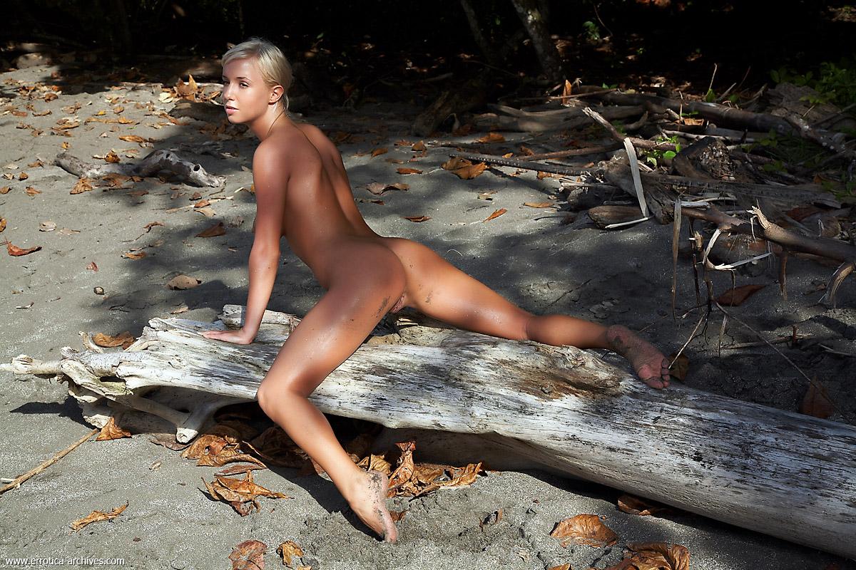 Смуглая сучка полностью голая на фоне природы