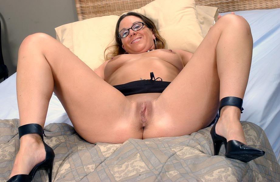 Дамочка в очках широко раздвинула ножки и продемонстрировала бритую киску