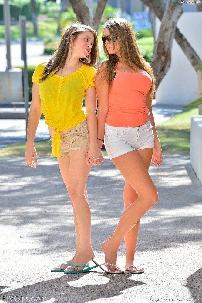 Две шикарные лесбиянки показывают свои классные тела прямо на улице и выглядят очень сексуально