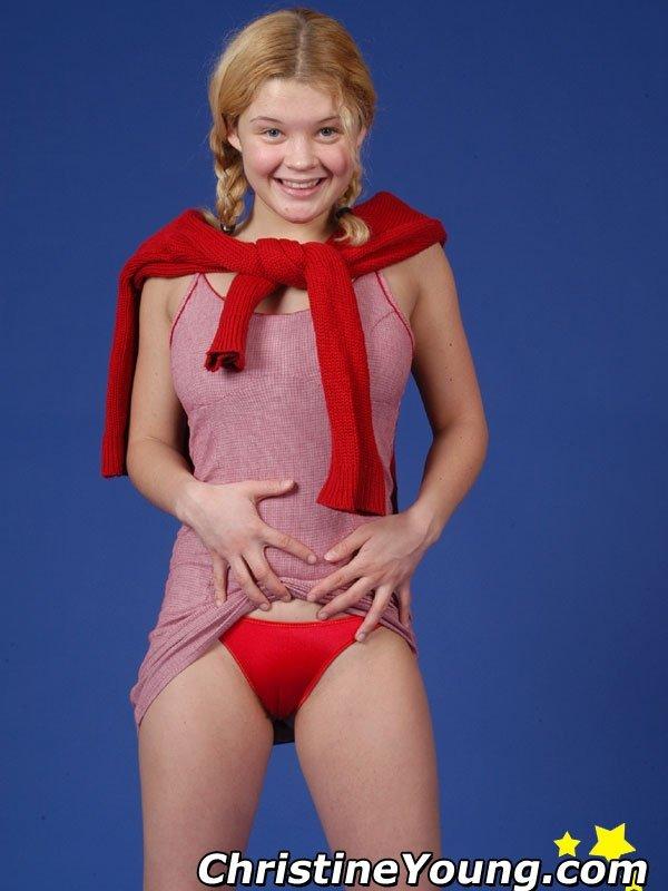 Откровенная фото сессия молодой блондинки с большой грудью
