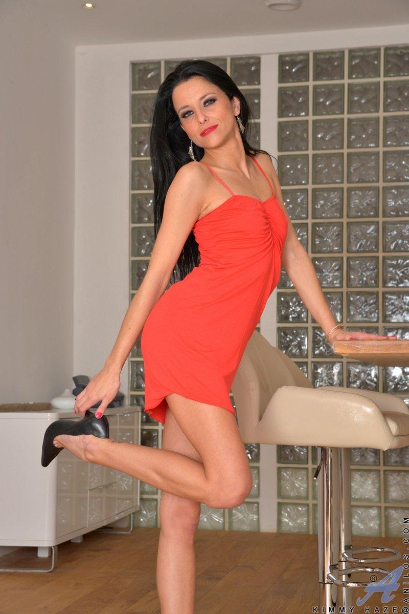Роскошная секретарша в коротком красном платье показывает начальнику свои прелести в рабочем кабинете