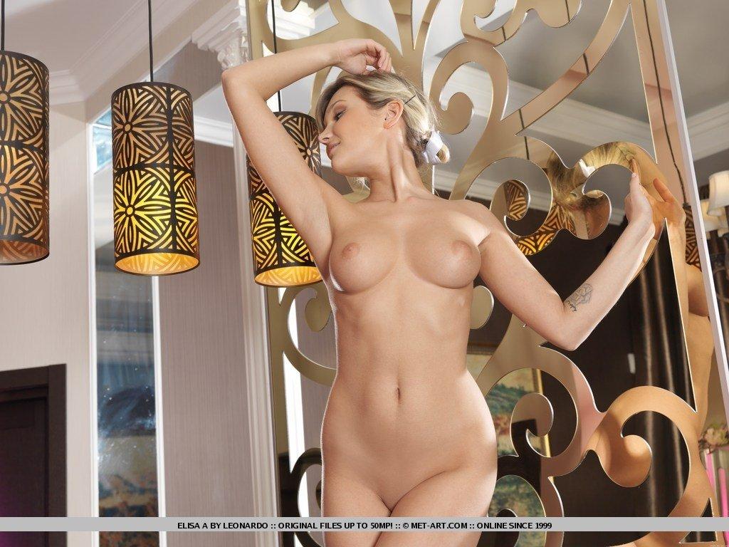Шикарная девушка обладает идеальным телом, поэтому смотря на нее можно только восхищаться