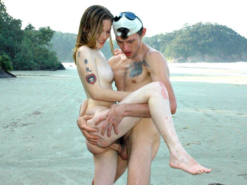 На берегу озера парень выебал свою подружку