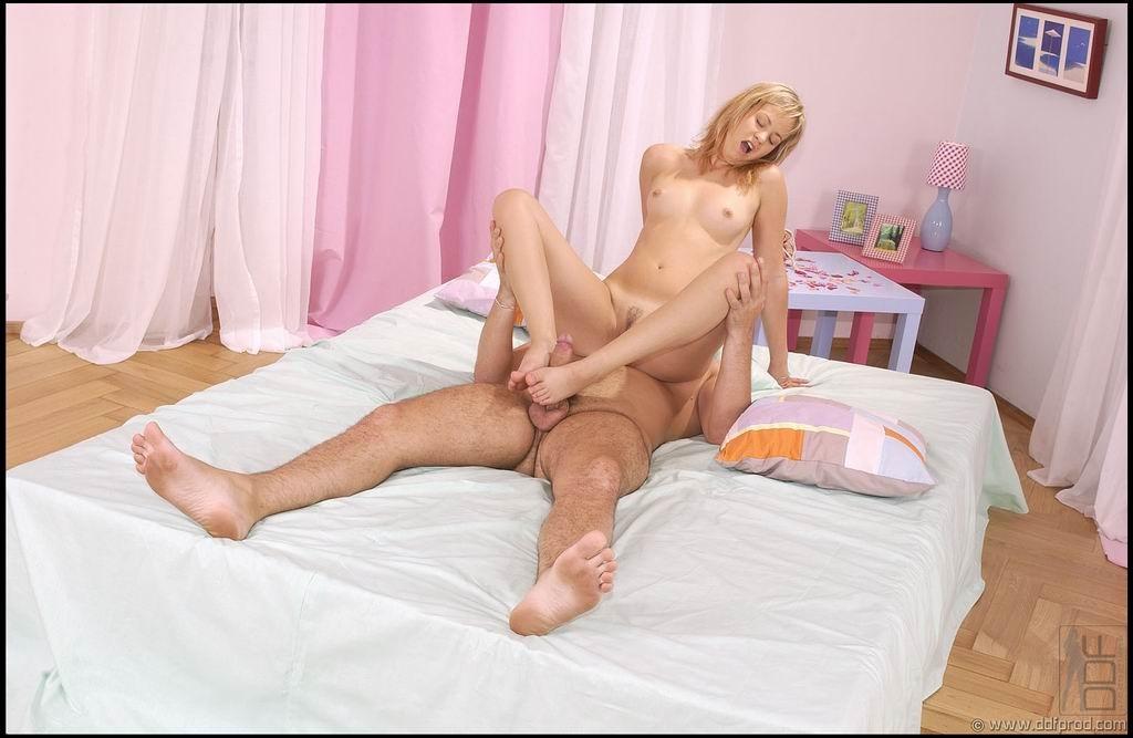 Блондинка не умело дрочит хуй своими ножками