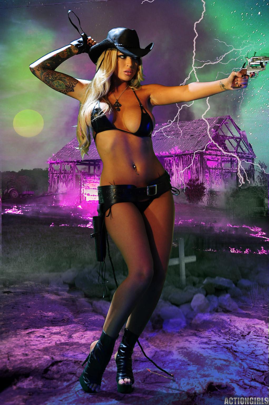 Меган Дэниэлс позирует с пистолетом и ружьем