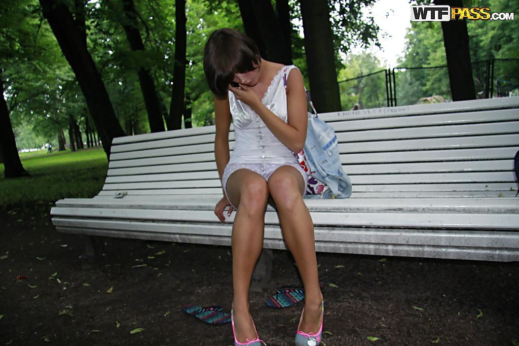 Молодая телка переодевается в городском парке