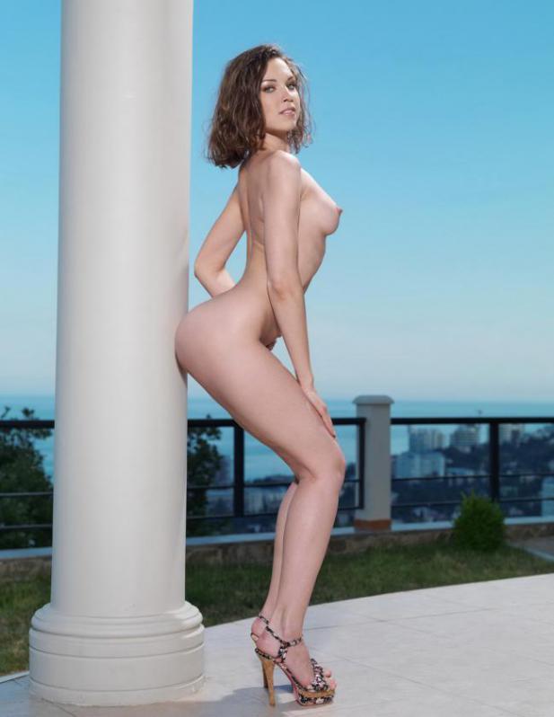 Молодые модели в красивом теле позируют обнажёнными