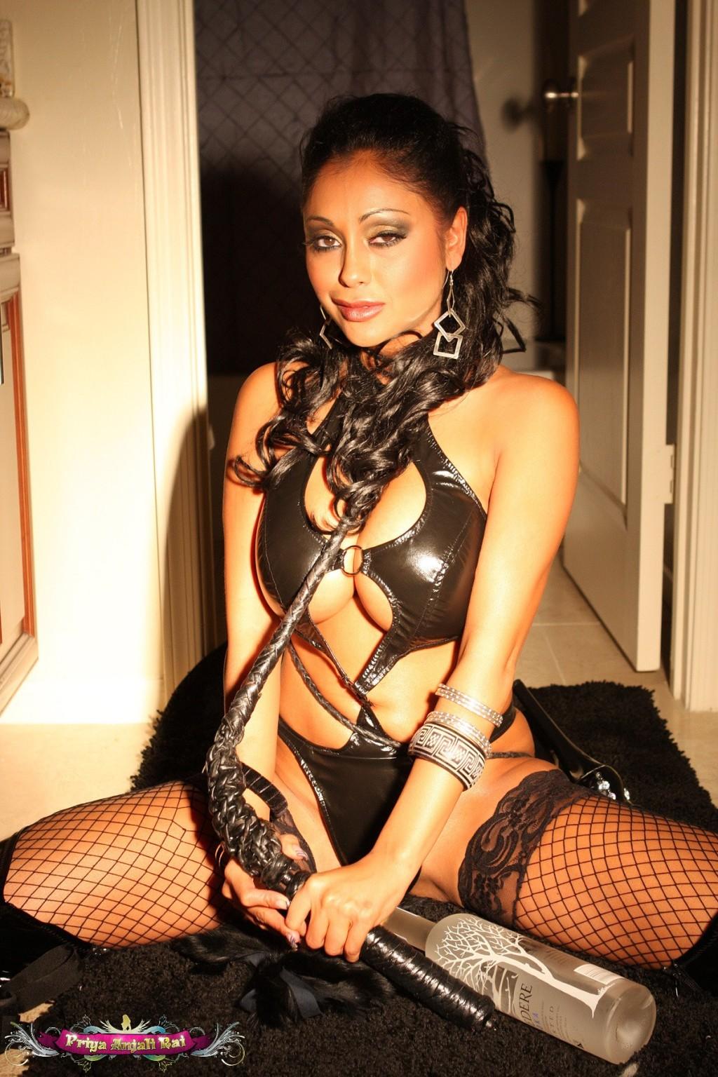 Соблазнительная Прия Рэй в сексуальном наряде показывает свое тело и демонстрирует свой темперамент
