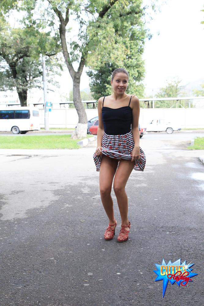 Телка в короткой юбке без трусиков, светит пиздой на улице