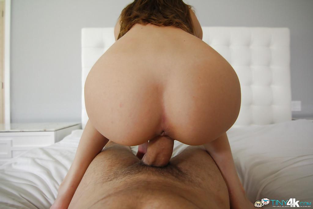Худая сучка с маленькими сиськами распахнула бритую киску для толстого ствола