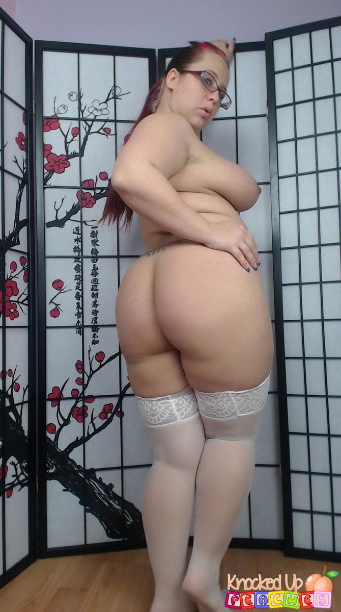 Беременная скромница в очках и белых чулочках Georgia Peach