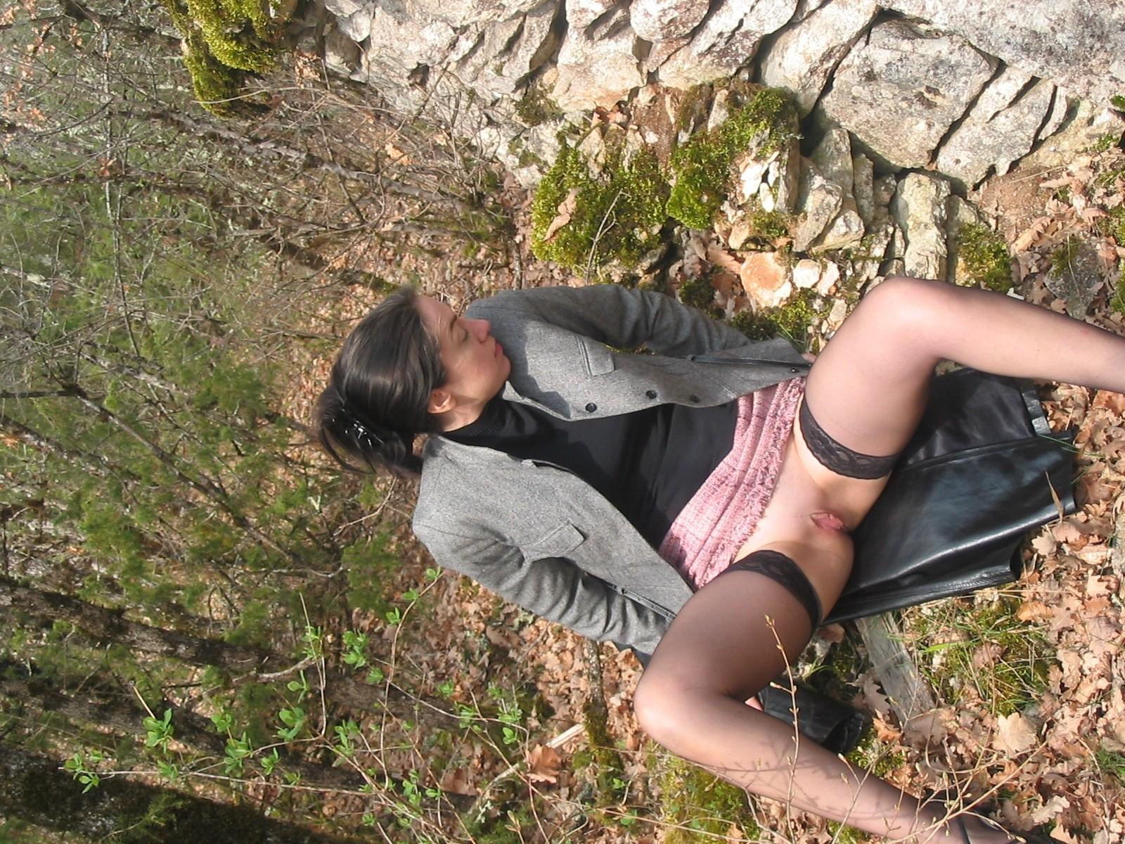 Француженка показывает пизду в лесу