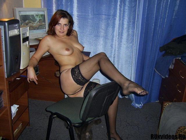 Хорошая мадам дрочит свою киску дома на полу