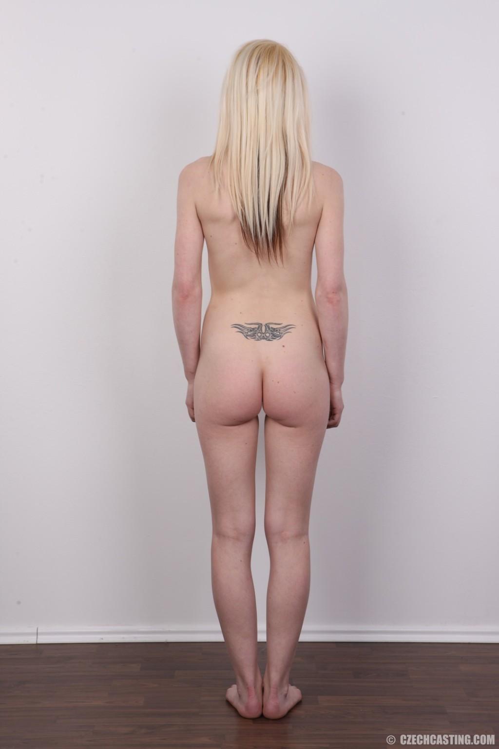 Худая блондинка с красивой пиздой делает красивые вещи перед камерой