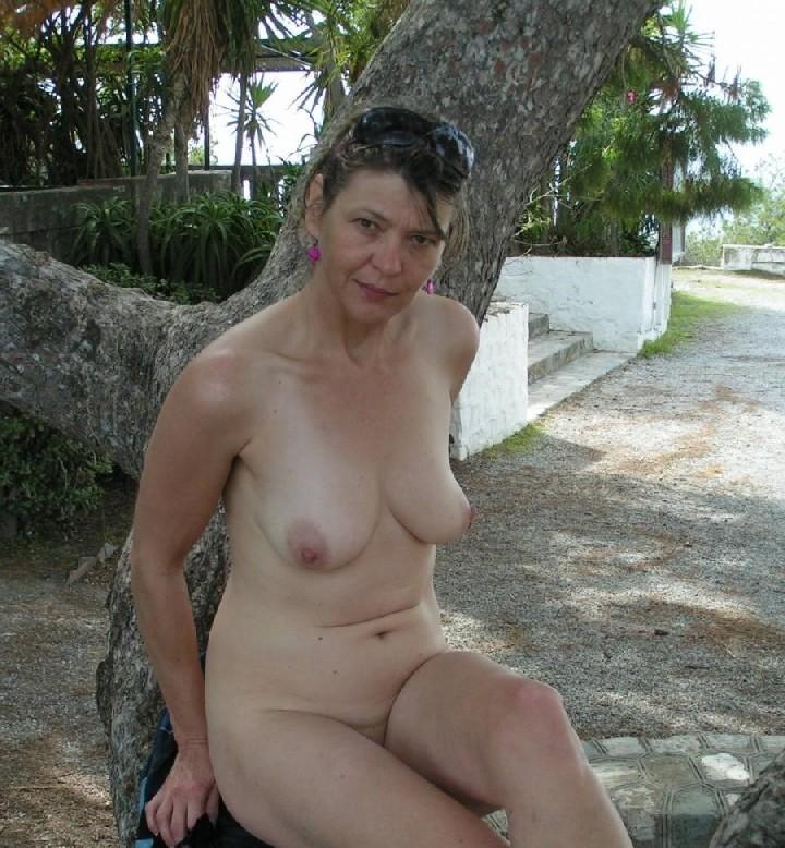 Эта женщина любит показать свою грудь в разных местах