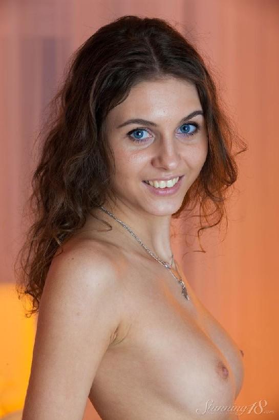 Молоденькая мисс хвастается свежестью своего тела – красивая грудь и аккуратная попка сводят с ума