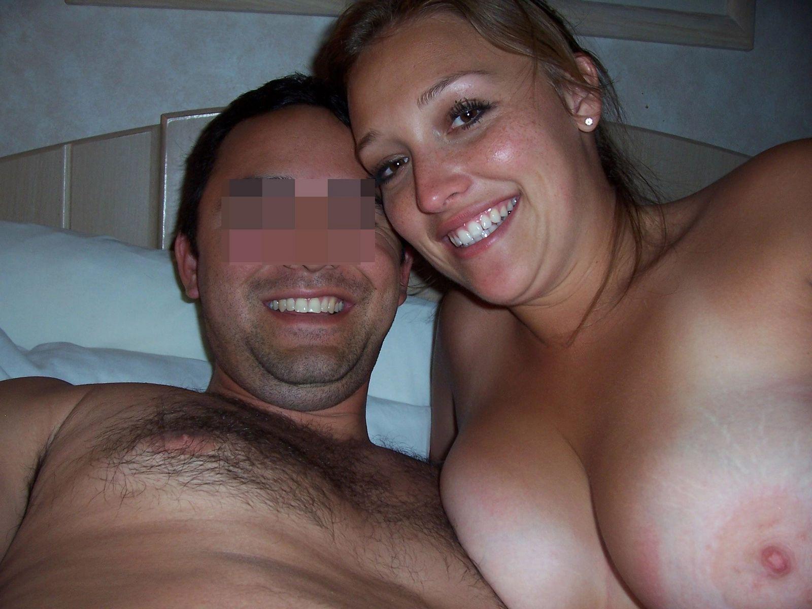 Парочка любит снимать домашнее эротическое фото, на которых они занимаются жарким сексом
