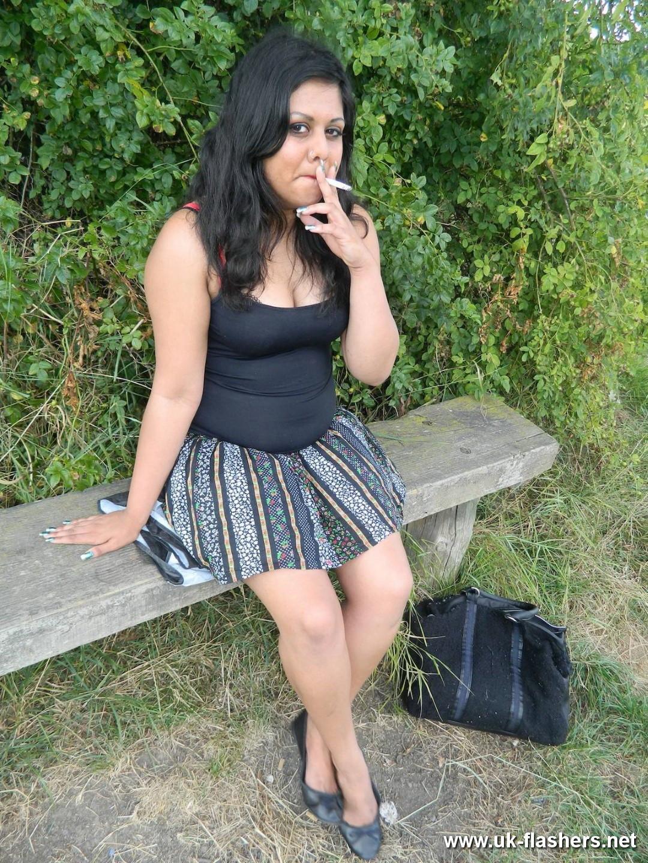 Пухлая индианка мастурбирует бананом в парке на скамейке